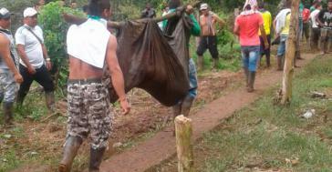 2017 begingen Militärs und Polizisten gemeinsam ein Massaker in der Pazifikregion von Kolumbien. Ein Ermordeter wird von Bauern abtransportiert