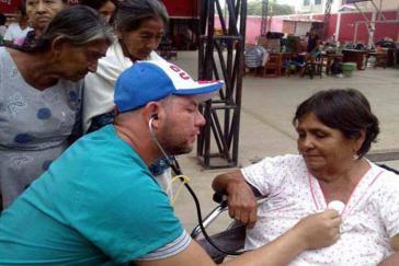 """Ein Arzt der kubanischen Brigade """"Henry Reeve"""" behandelt Patienten in Peru"""