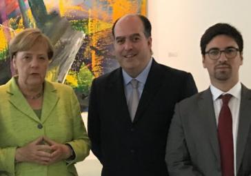 Bundeskanzlerin Angela Merkel mit den venezolanischen Oppositionsvertretern Julio Borges und Freddy Guevara am Mittwoch in Berlin