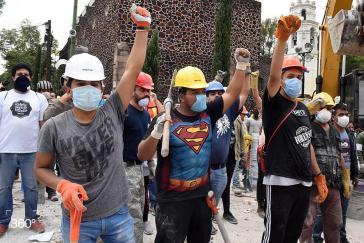 Freiwillige Helfer begannen unmittelbar mit den Rettungsarbeiten
