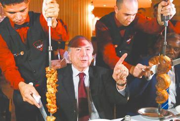 Brasiliens De-facto-Präsident Michel Temer beim demonstrativen Fleischverzehr wenige Tage nach Bekanntwerden des Skandals