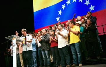 Nach dem Plebiszit am Sonntag rief die versammelte MUD-Führung zum Generalstreik auf. Am Mikrofon: Freddy Guevara