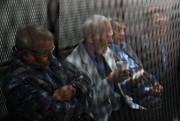 Vier der fünf Ex-Militärs während einer Anhörung in Guatemala