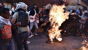 Oppositionelle zündeten am 20. Mai in Venezuela einen jungen Mann an, den sie für einen Anhänger der Regierung hielten