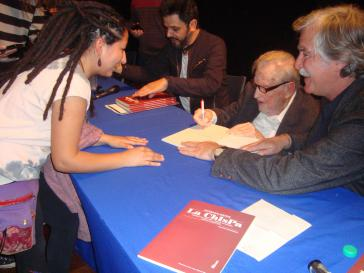Osvaldo Bayer beim Signieren der Bücher. Rechts sein Sohn Esteban, links Nápoli