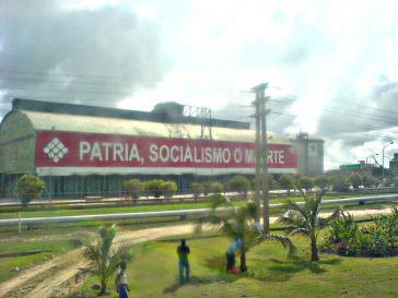 """Ein Gebäude der staatlichen PDVSA: """"Vaterland, Sozialismus oder Tod"""""""