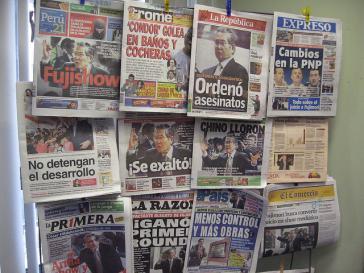 Zeitungen in Peru zum Prozessauftakt gegen Fujimori im Jahr 2007. Nun wurde er begnadigt