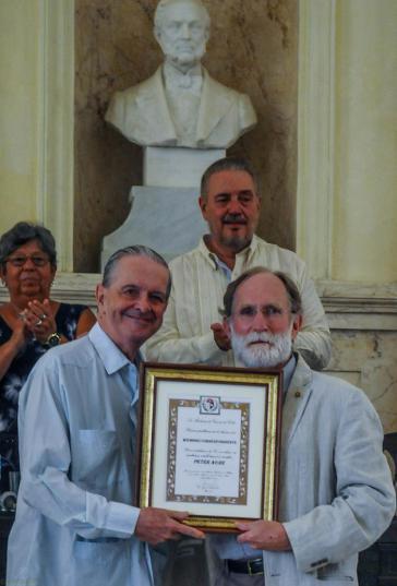 US-Professor und Nobelpreisträger für Chemie des Jahres 2003, Peter Agre (rechts im Bild) ist korrespondierendes Mitglied der Akademie der Wissenschaften von Kuba