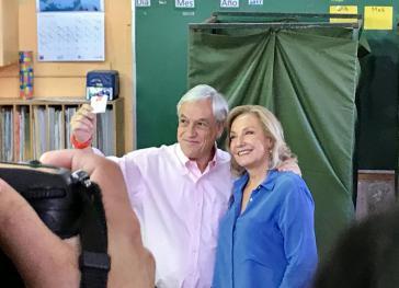 Sebastián Piñera, hier mit seiner Ehefrau nach der Abstimmung, wird wieder Präsident von Chile