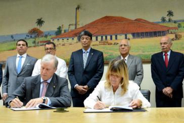 Die Präsidentin der Zentralbank Kubas und der Präsident der Zentralamerikanischen Bank für Wirtschaftsintegration bei der Unterzeichnung in Havanna, Kuba
