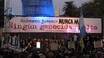 Podium bei der Großkundgebung auf dem Plaza de Mayo in Buenos Aires am 10. Mai