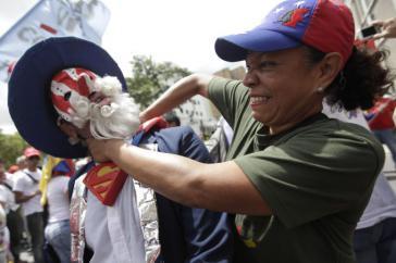 Chavistin bei der Demonstration gegen die Politik der USA in Caracas, Venezuela