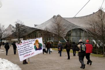 Aktivisten erinnerten vor dem Eingang der Olympiahalle an Berta Cáceres