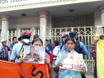 Kundgebung vor dem Gerichtsgebäude: COPINH-Mitglieder fordern die lückenlose Untersuchung gegen die Auftraggeber des Mordes