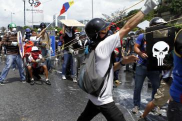 Demonstranten in Caracas verschießen Glasbomben, die mit Exkrementen gefüllt sind