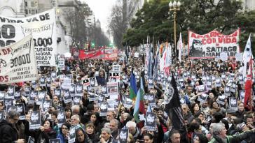 """Zehntausende demonstrierten am 11. August auf der Plaza de Mayo in Buenos Aires gegen das """"Verschwindenlassen"""" von Santiago Maldonado"""