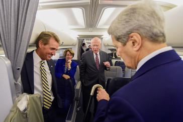 Senatoren Flake (li.) und Leahy (mi.) auf dem Weg nach Havanna, Kuba