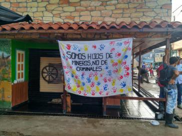 """""""Wir sind Kinder von Bergarbeitern, nicht von Kriminellen"""" steht auf diesem Plakat in Segovia, Kolumbien"""