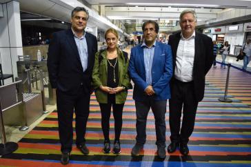 Lilian Tintori mit den Botschaftern (von links nach rechts) Spaniens, Italiens und Deutschlands auf dem Flughafen von Caracas