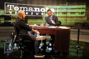 """Venezuelas Minister für Kommunikation Ernesto Villegas (rechts im Bild) moderiert die neue Sendung """"Toma Nota Venzuela"""""""