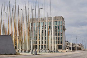 US-Botschaft in Havanna, Kuba, mit vorgelagerten kubanischen Fahnenmasten