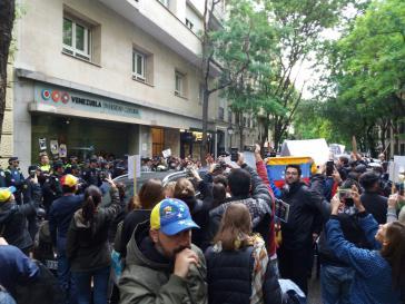 """Belagerung des Kulturzentrums der Botschaft von Venezuela in Madrid. Botschafter Isea sprach von """"Kidnapping"""" der Gäste"""