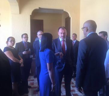 Delcy Rodríguez (hier im blauen Kleid) mit dem Außenminister von Mexiko, Luis Videgaray, in Santo Domingo. Dort fand das erste Treffen zwischen Regierung und Opposition aus Venezuela seit langem statt