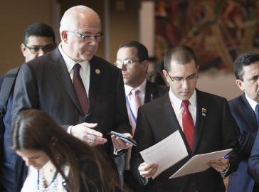 Der Außenminister von Venezuela, Arreaza (rechts), und der UN-Botschafter des Landes, Ramírez, am Rande der UN-Generalversammlung in New York (Ausschnitt)