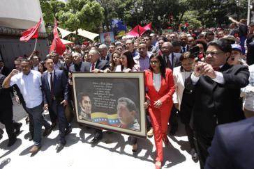 Führende Vertreter der verfassunggebenden Versammlung in Venezuela mit Bild von Ex-Präsident (1999-2013) Hugo Chávez