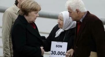 Vera Jarach, eine der Mütter von der Plaza de Mayo, kritisiert im Gespräch mit Kanzlerin Merkel die Relativierung der Diktaturverbrechen durch die Regierung Macri