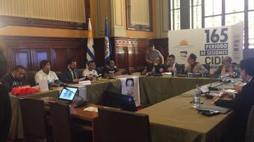 Eltern der 43 verschwundenen Lehramtsstudenten und deren Anwälte sowie Vertreter der mexikanischen Regierung vor der CIDH in Montevideo, Uruguay
