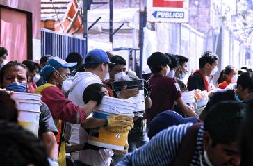 Zivile Helfer übernehmen einen Teil der Aufräumarbeiten nach dem Erdbeben