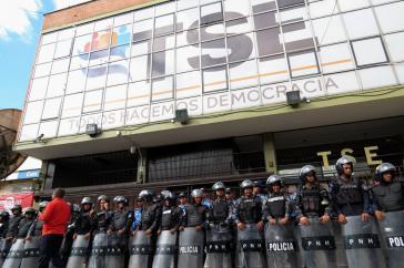 Seit Montag wird der Sitz der Wahlbehörde in Honduras von Polizei abgeschirmt