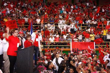 Hat gute Chancen bei der Präsidentschaftswahl in Honduras: Xiomara Castro, hier bei einer Absprache vor Mitgliedern und Anhängern der Partei Libre