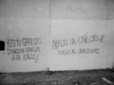Solidaritätsbekundungen mit im Gefängnis sitzenden Aktivisten an einer Hauswand in Santiago, darunter dem nun ermordeten Kevin Garrido