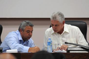 Der Vorsitzende des kubanischen Gewerkschaftsdachverbands CTC, Ulises Guilarte de Nacimiento (links), und Kubas Präsident Miguel Díaz-Canel