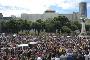 Proteste und Trauerkundgebung vor dem Stadtparlament in Rio de Janeiro