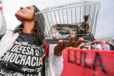 Eine Demonstrantin in Brasília protestiert vor dem Justizpalast für Lula.