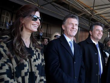Der Präsident von Argentinien, Mauricio Macri (Bildmitte, mit seiner Ehefrau) und Luis Miguel Etchevehere bei einer Veranstaltung im Jahr 2014