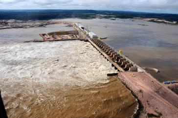 Einer der brasilianischen Staudämme zur Energiegewinnung: die Jirau-Talsperre am Rio Madeira