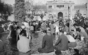 Während der Demonstration für Juan Perón am 17. Oktober 1945 auf der Plaza de Mayo in Buenos Aires