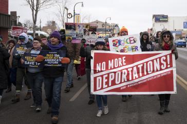 Proteste gegen Aufkündigung von Aufenthaltstiteln und Ausweisung aus den USA nach El Salvador