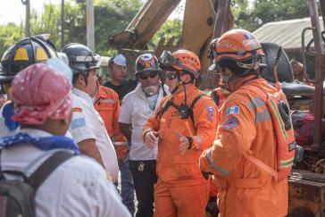 Der nationale Katastrophenschutz (Conred) und lokale Einsatzkräfte am Einsatzort in Guatemala