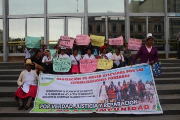 Vertreterinnen der geschädigten Frauen fordern am 19. März vor einem Regierungsgebäude die juristische Aufarbeitung der Zwangssterilisierungen und Entschädigungen für die Opfer