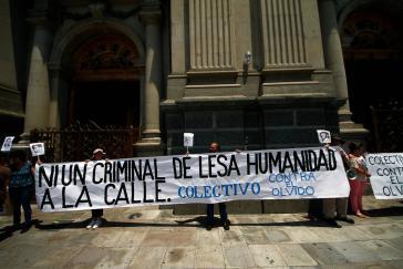 """""""Kein Verbrecher gegen die Menschlichkeit auf der Straße!"""" - Proteste gegen die Entlassung der Diktatur-Verbrecher"""