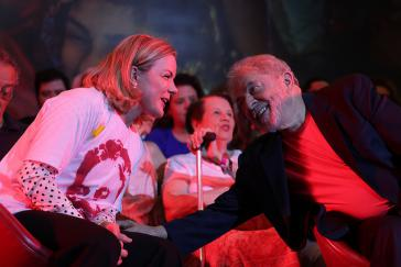 Die PT-Chefin Gleisi Hoffmann und der frühere Präsident  von Brasilien, Lula da Silva, vor seiner Inhaftierung im April