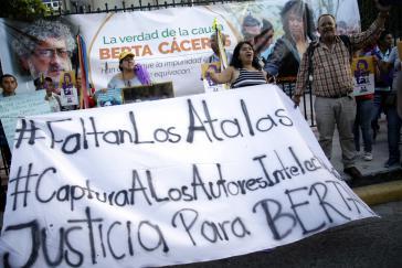 Kundgebung vor dem Gerichtsgebäude: Auf den Transparenten wird die Festnahme der Auftraggeber des Mordes gefordert