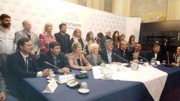 Vertreterinnen der Abuelas de Plaza de Mayo mit ihrer Vorsitzenden  Estella de Carlotto und dem Abgeordneten Daniel Filmus