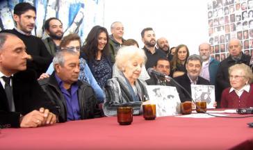 """Die Großmütter vom Plaza de Mayo geben die Identifizierung des """"Enkels 128"""" während einer Pressekonferenz bekannt"""