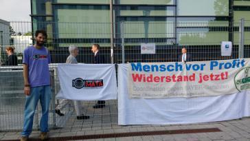 Alan Tygel bei der Protestaktion während der Jahreshauptversammlung der Bayer AG